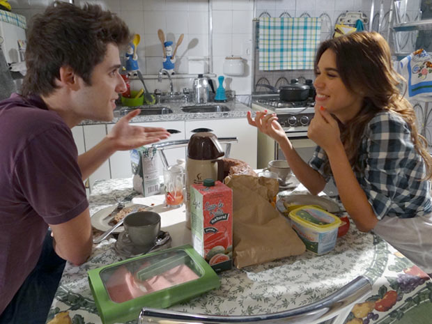 Natália acha graça quando Guido conta que Laura bancou o jantar (Foto: Malhação / TV Globo)