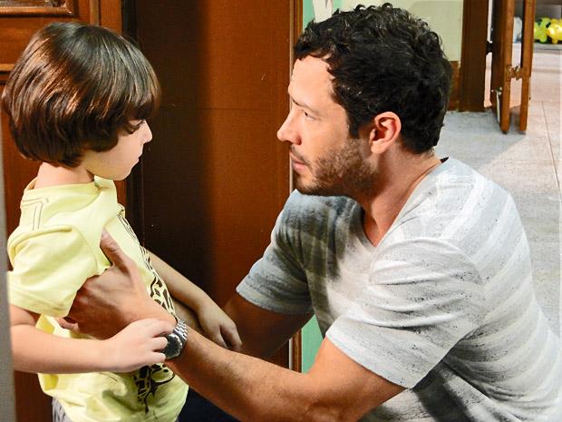 Quinzé tenta tranquilizar Quinzinho após encontro com Teodora (Foto: Fina Estampa/ TV Globo)