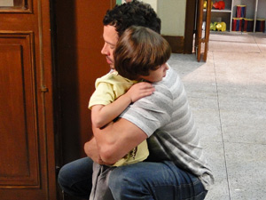 Pai se declara para o menino e os dois se abraçam (Foto: Fina Estampa/ TV Globo)