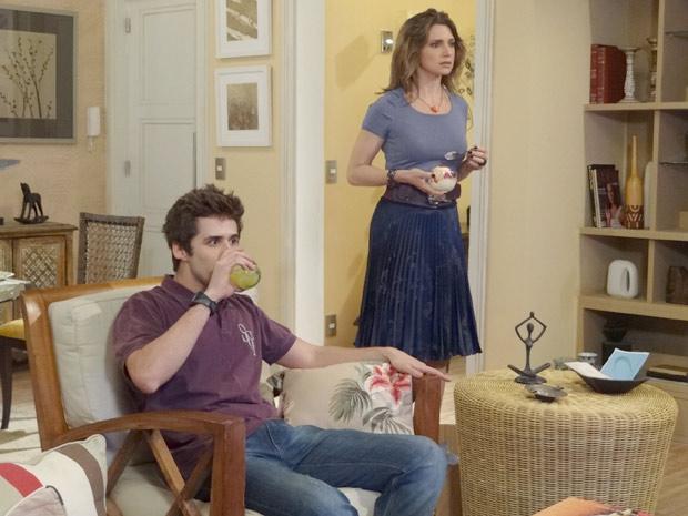 Laura chega vem da cozinha com a sobremesa e fica surpresa ao ver Juarez na televisão (Foto: Malhação / TV Globo)