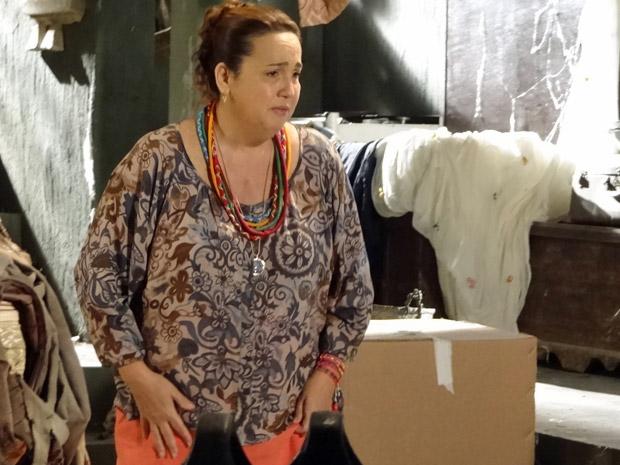 Iara procura caderno no porão do Lar (Foto: Aquele Beijo/TV Globo)