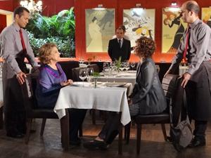 Íris escolhe a melhor mesa do Le Velmont (Foto: Fina Estampa / TV Globo)
