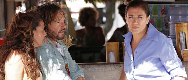 Lilia Cabral grava na praia da Barra com Totia Meirelles e Wolf Maya (Foto: Fina Estampa/TV Globo)