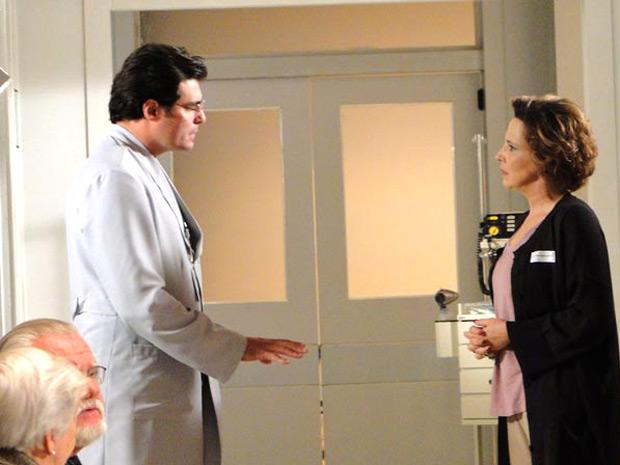 Lúcio dá conselhos a Eva (Foto: A Vida da Gente/TV Globo)