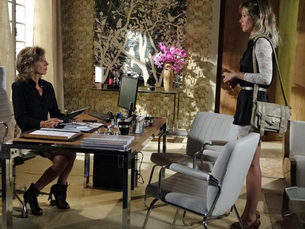 Brigitte conta para Maruschka sobre anel de noivado de Claudia (Foto: Aquele Beijo/TV Globo)