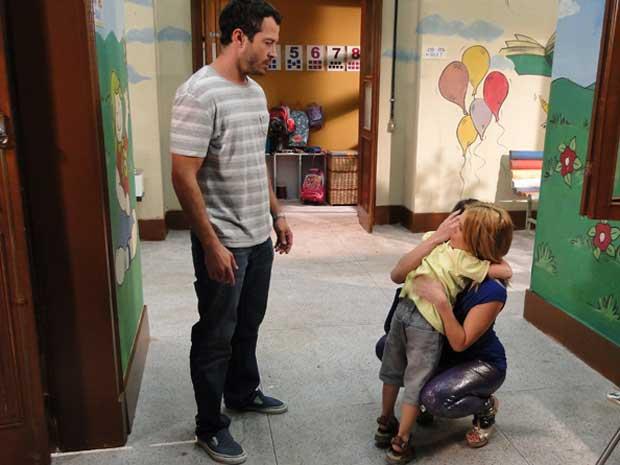 Quinzé não consegue evitar que Teodora abrace o filho (Foto: Fina Estampa / TV Globo)