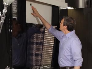 René vê um buraco na parede do quarto (Foto: Fina Estampa / TV Globo)