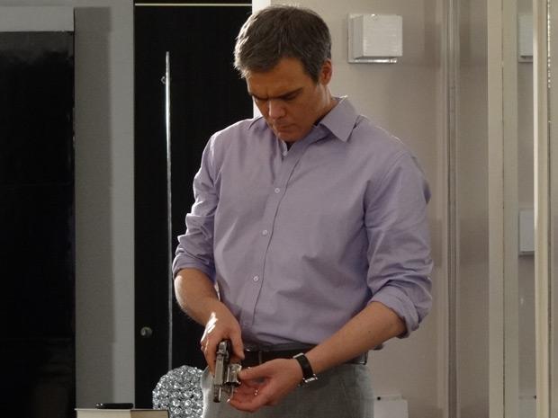 René constata que falta uma bala no cano do revólver (Foto: Fina Estampa / TV Globo)