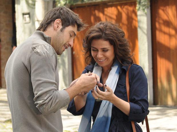 Rubinho pede Claudia em casamento (Foto: Aquele Beijo/TV Globo)