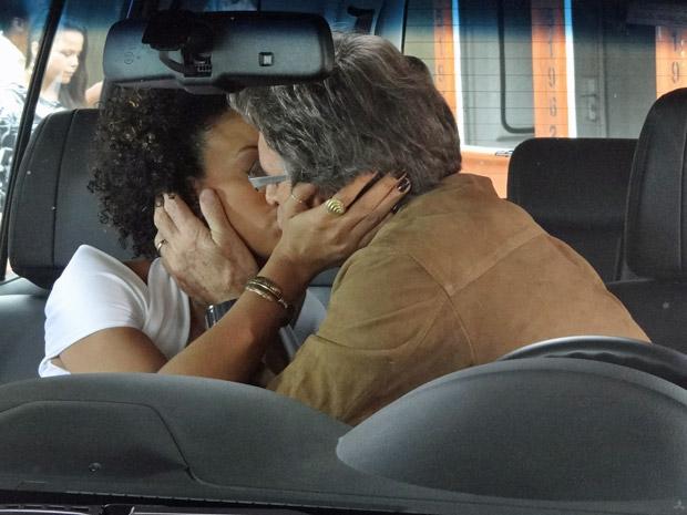 Sem querer, Sarita e Alberto se beijam  (Foto: Aquele Beijo/TV Globo)