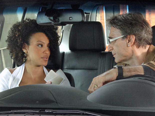 Alberto vai se despedir de Sarita, mas fica encantado com a jovem (Foto: Aquele Beijo/TV Globo)