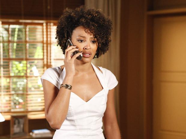 Sarita fica emocionada ao ouvir a voz de Deusa (Foto: Aquele Beijo/TV Globo)