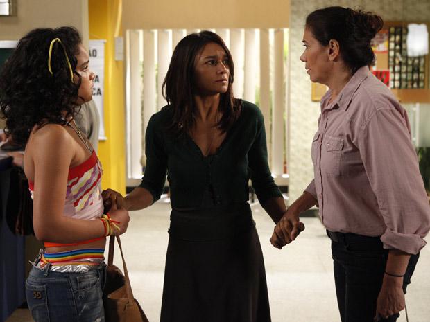 Com apoio de Solange e Griselda, Celeste assina queixa contra Baltazar (Foto: Fina Estampa/TV Globo)