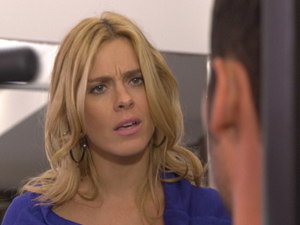 A loira fica impaciente com insistência do amado (Foto: Fina Estampa/TV Globo)