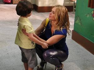 Teodora com o filho (Foto: Fina Estampa/ TV Globo)