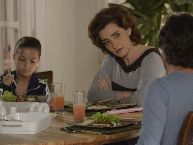Vitória fica desconfiada com a reação de Marcos (Foto: A Vida da Gente / TV Globo)