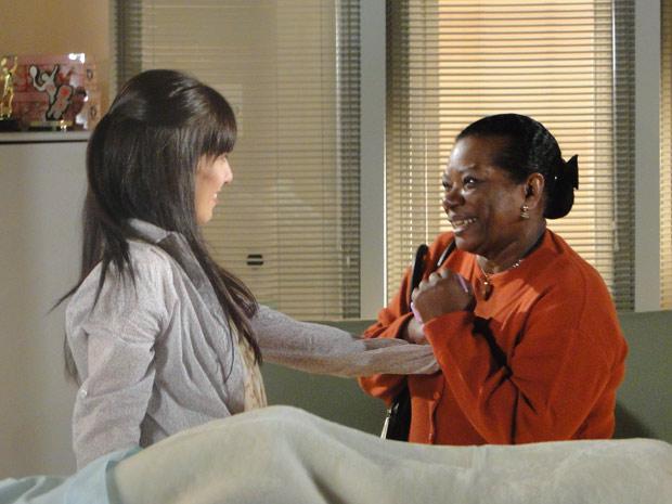 Manu e Maria se encontram no hospital (Foto: A Vida da Gente/TV Globo)