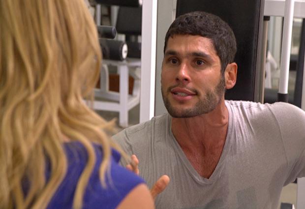 Teodora tenta fazer com que o marido desista de lutar novamente (Foto: Fina Estampa/TV Globo)