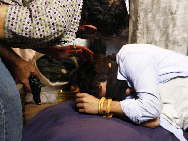 Neco mantém Alan amordaçado no cativeiro (Foto: O Astro / TV Globo)