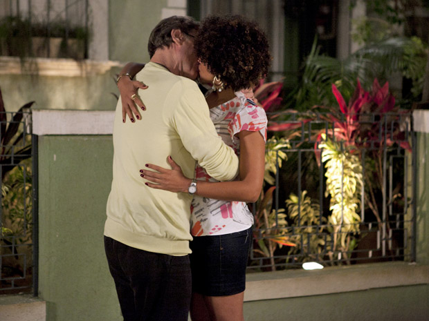 Sarita e Alberto se beijam novamente (Foto: Aquele Beijo/TV Globo)