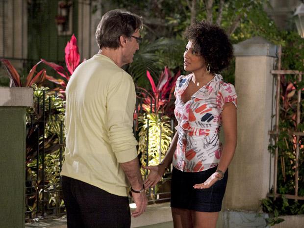 Alberto confessa que não consegue esquecer o beijo de Sarita (Foto: Aquele Beijo/TV Globo)