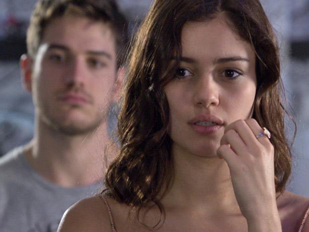 Amália fica grilada com comentário grosseiro de Rafael (Foto: Fina Estampa/TV Globo)
