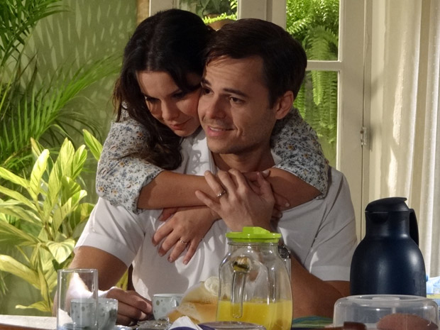 Camila abraça o marido Ricardo (Foto: Aquele Beijo/TV Globo)