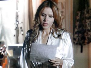 Celina lê a carta de despedida de Rodrigo (Foto: A Vida da Gente - Tv Globo)