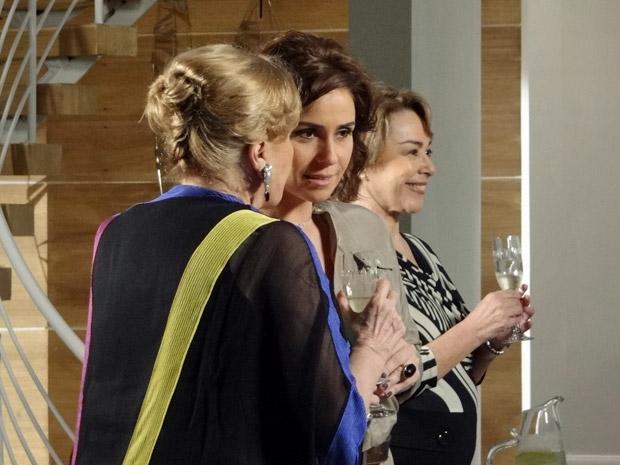 Mirta alerta Claudia para manter o olho vivo com Maruschka (Foto: Aquele Beijo/TV Globo)