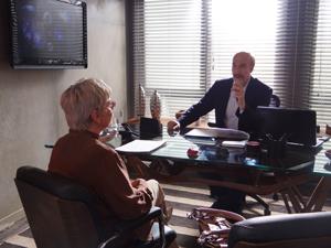 Ele explica para Beatriz como isso pode acontecer (Foto: Malhação / TV Globo)