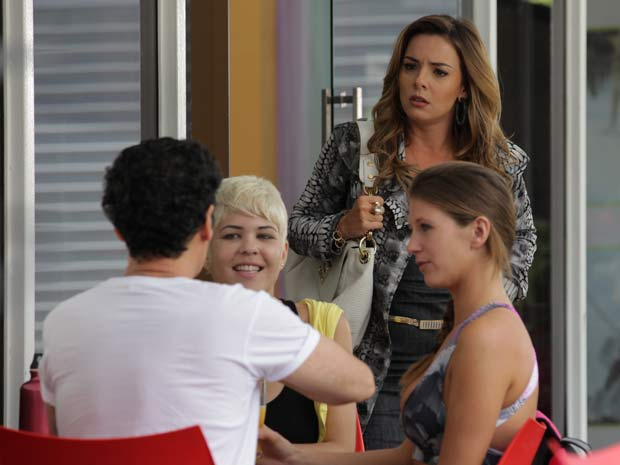 Cris fica chocada ao ver a desenvoltura do marido (Foto: A Vida da Gente / TV Globo)