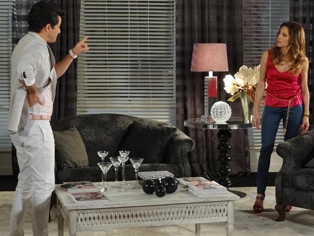 Crô diz a Tereza Cristina que René agiu da maneira correta (Foto: Fina Estampa / TV Globo)