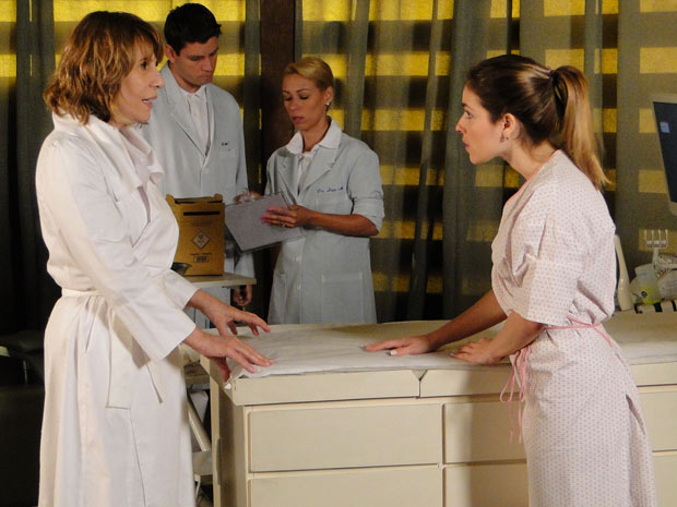 Beatriz está decidida a doar seus óvulos (Foto: Fina Estampa / TV Globo)