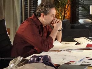 Paulo se emociona ao ver os desenhos de Esther (Foto: Fina Estampa/ TV Globo)