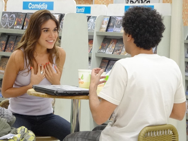 Natália entende tudo errado e acha que Ziggy quer pedir ela em casamento (Foto: Malhação / TV Globo)