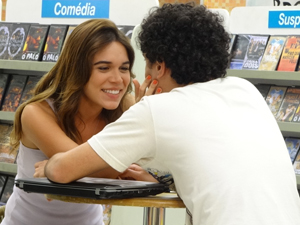 Natália toda empolgada e Ziggy fica sem reação (Foto: Malhação / TV Globo)