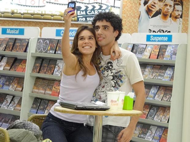 Ela pede para registrar o momento e ele fica com cara de desespero (Foto: Malhação / TV Globo)