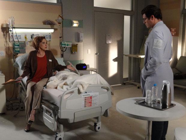 Eva fica indignada e tenta impedir a coleta do sangue de Ana (Foto: A Vida da Gente - Tv Globo)