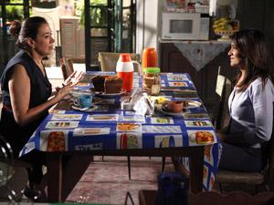 Griselda explica a sociedade (Foto: Fina Estampa/TV Globo)