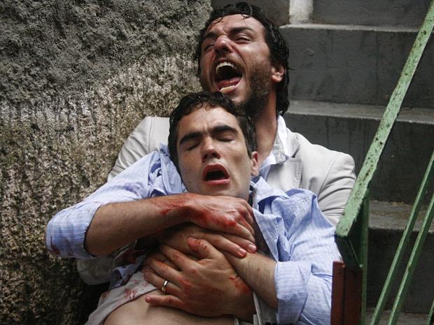 Herculano se desespera com o filho baleado em seus braços (Foto: O Astro / TV Globo)