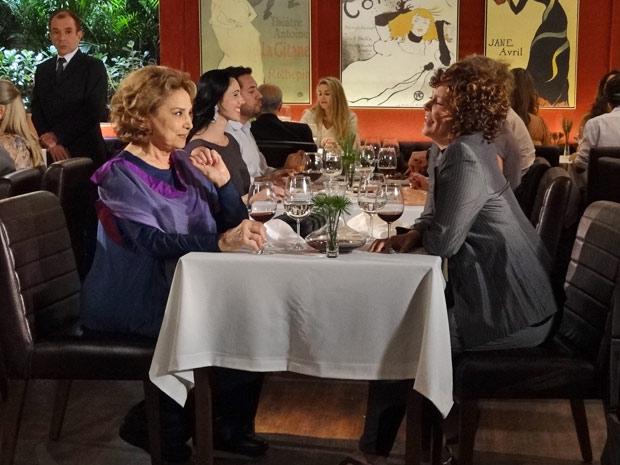 Íris e Alice se deliciam com um luxuoso jantar, sem se preocuparem com a conta (Foto: Fina Estampa/TV Globo)