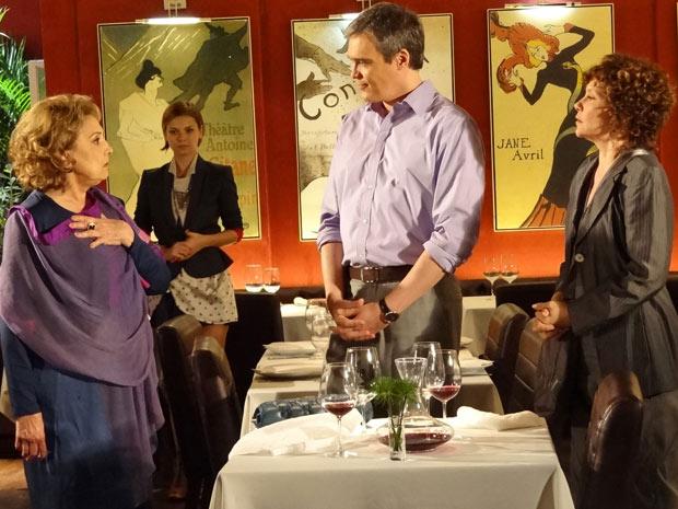 Íris se surpreende diante da atitude de René no Le Velmont (Foto: Fina Estampa/TV Globo)