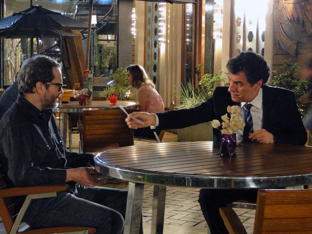 Jonas oferece cheque de um milhão de reais para Lourenço (Foto: A Vida da Gente - Tv Globo)
