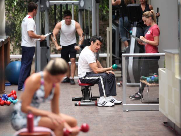 Jonas começa malhação pegando no pesado (Foto: A Vida da Gente / TV Globo)