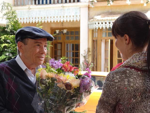 Esperançoso, ele pede a Manu para entregar o mimo (Foto: A Vida da Gente / TV Globo)