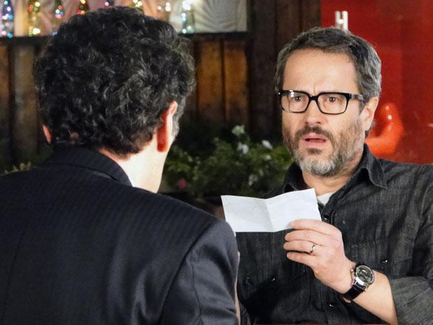 Lourenço fica em estado de choque ao ver o valor do cheque (Foto: A Vida da Gente - Tv Globo)