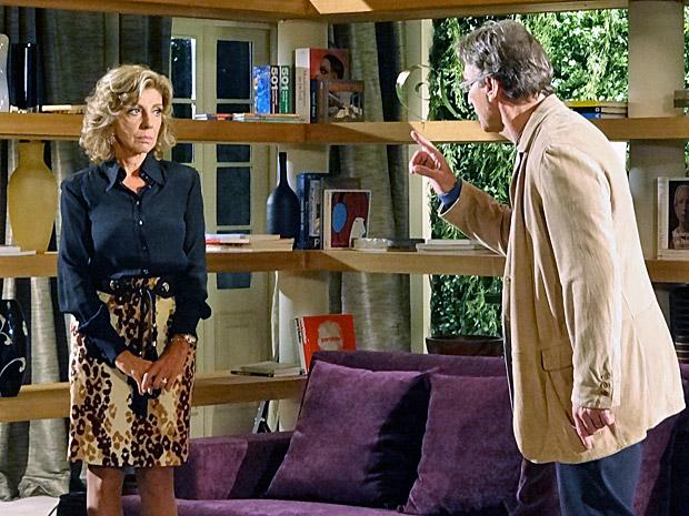 Alberto dá ordem para Maruschka: trazer Regina de volta (Foto: Aquele Beijo/TV Globo)