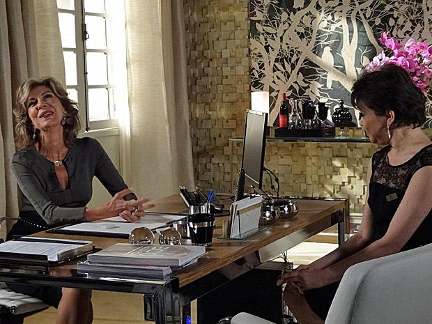 Maruschka se diverte com seu plano para atrapalhar vida de Claudia e Rubinho (Foto: Aquele Beijo/TV Globo)
