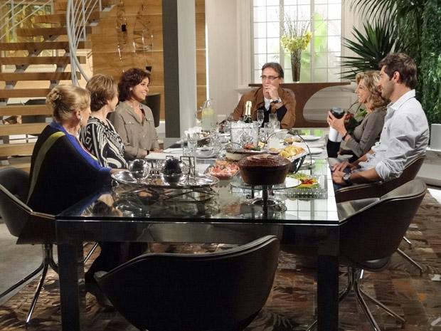 Maruschka presenteia Claudia e Rubinho com um apartamento (Foto: Aquele Beijo/TV Globo)