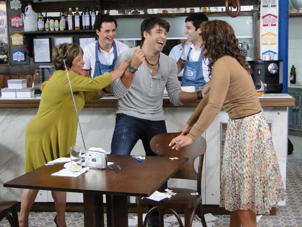 Sebastião comemora prêmio na loteria (Foto: Aquele Beijo/TV Globo)